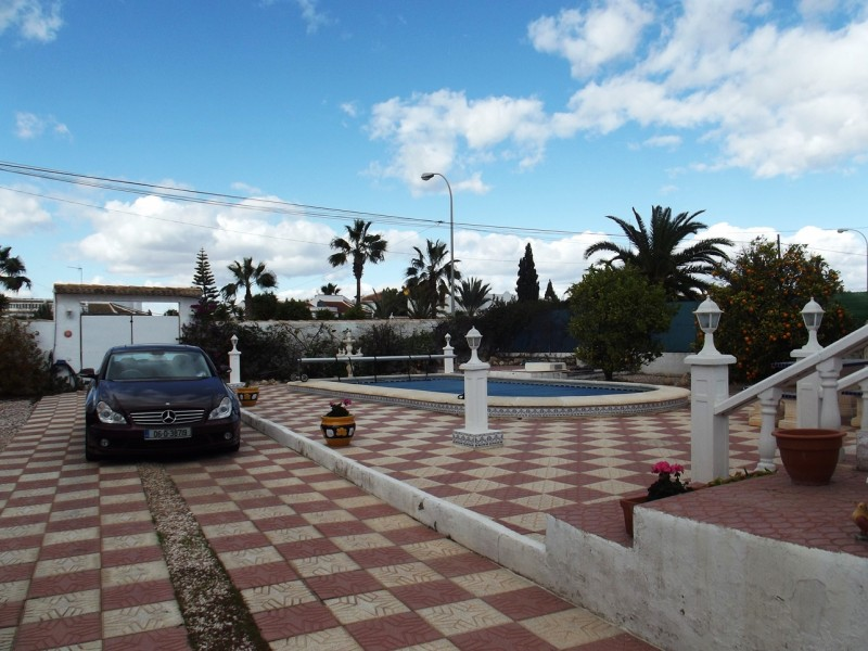 For sale in San Luis, cheap bargain property on Spains Costa Blanca, Villa for sale close to La Siesta and Torrevieja.